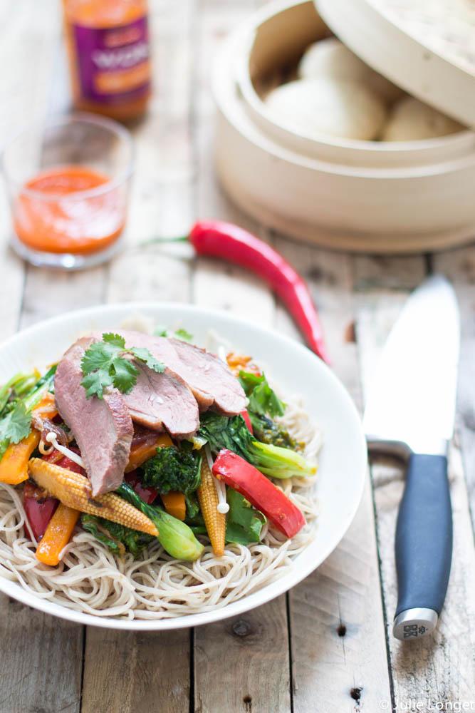 Magret de canard, légumes façon wok sauce aigre douce, nouille soba et bun noix de coco à la vapeur