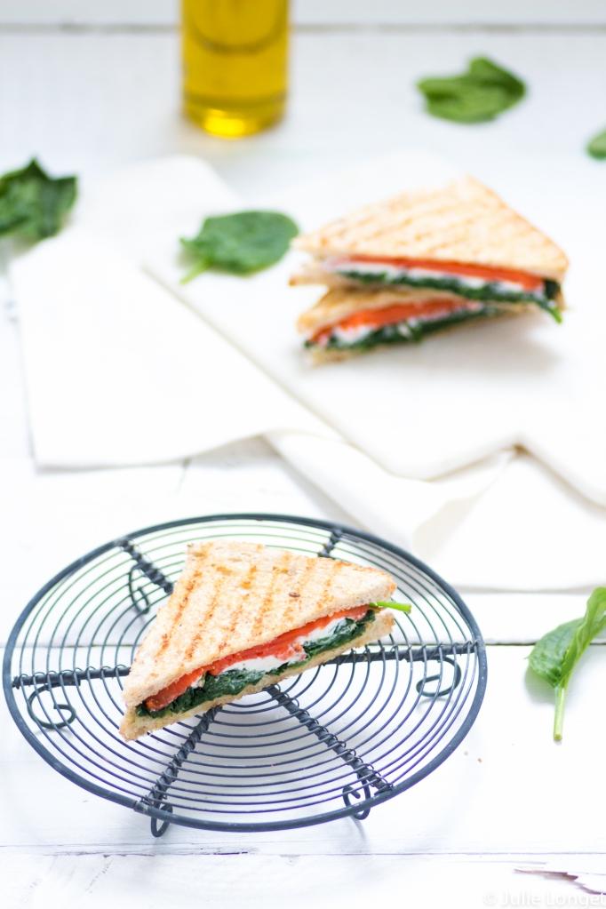 Sandwiches triangles aux épinards, saumon et chèvre frais