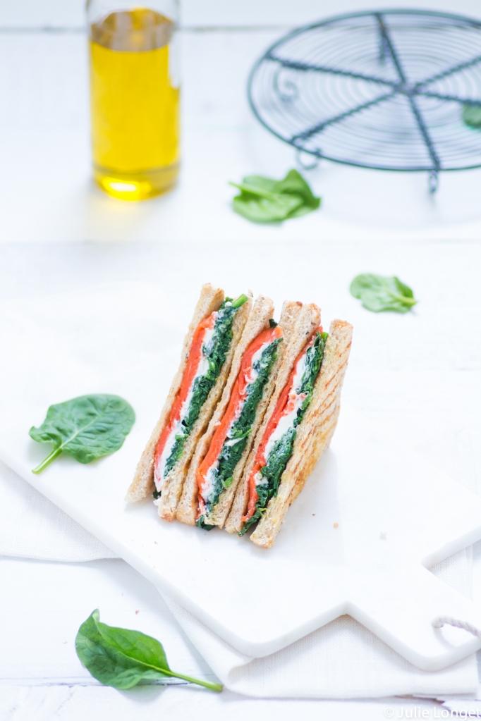 Sandwiches triangles aux épinards, saumon et fromage de chèvre frais