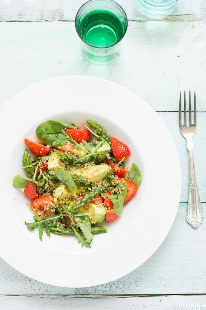 Salade vitaminée au quinoa, fraises, asperges vertes et avocats