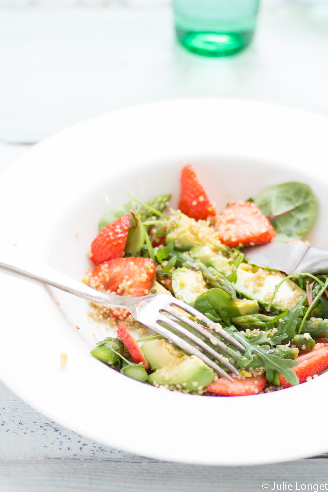 salade vitamin e au quinoa fraises asperges vertes et avocats bonnetable. Black Bedroom Furniture Sets. Home Design Ideas