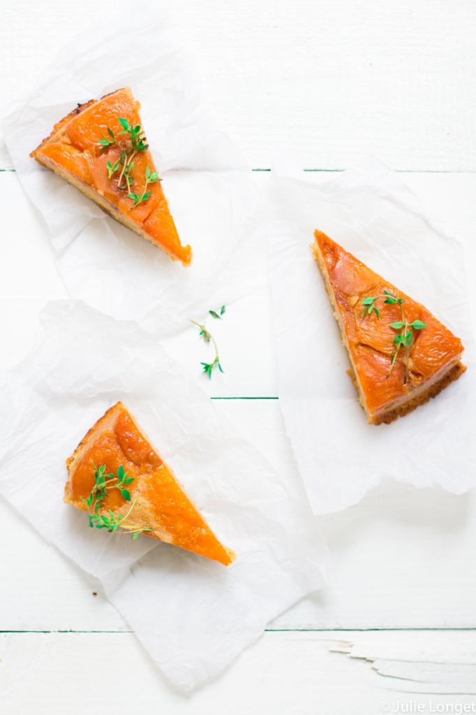 Gâteau renversé aux abricots, caramel et thym