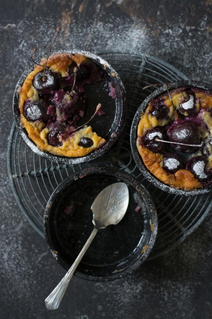 Clafoutis aux cerises noires, amaretto et fève tonka