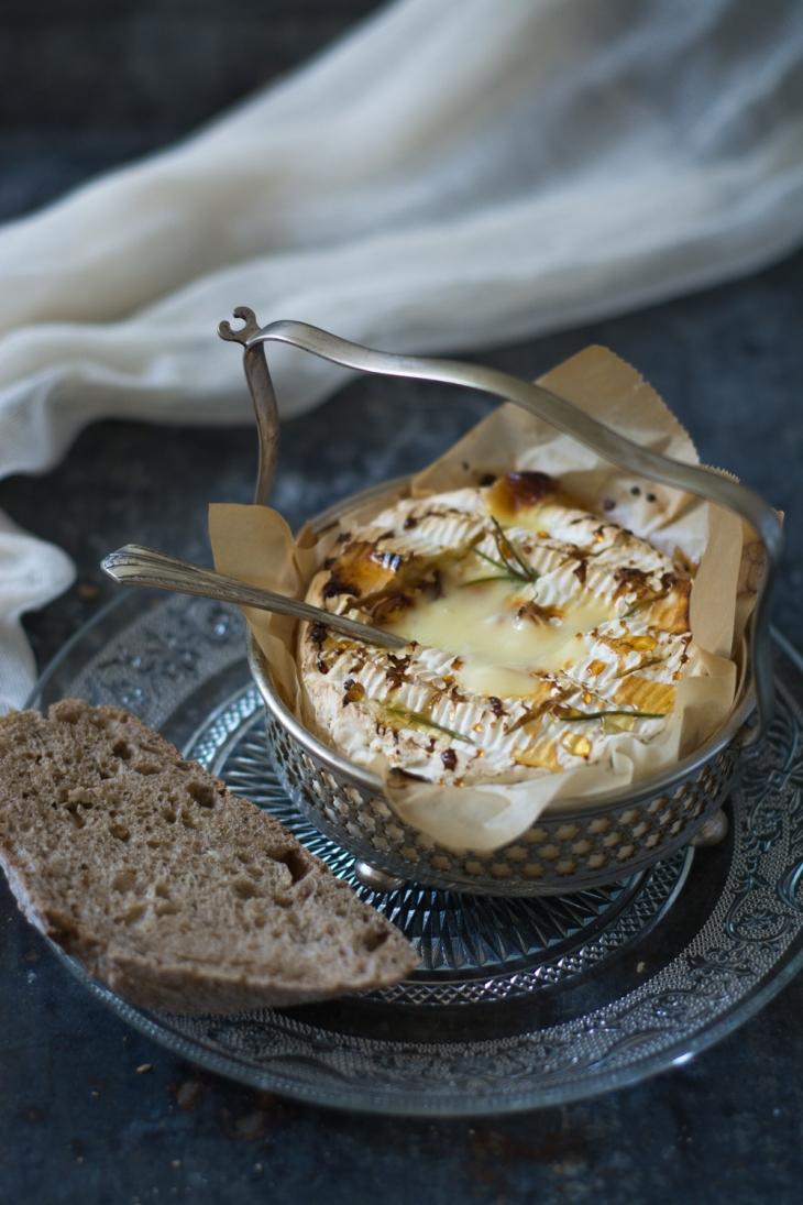Camembert rôti au miel, figues poêlées au romarin