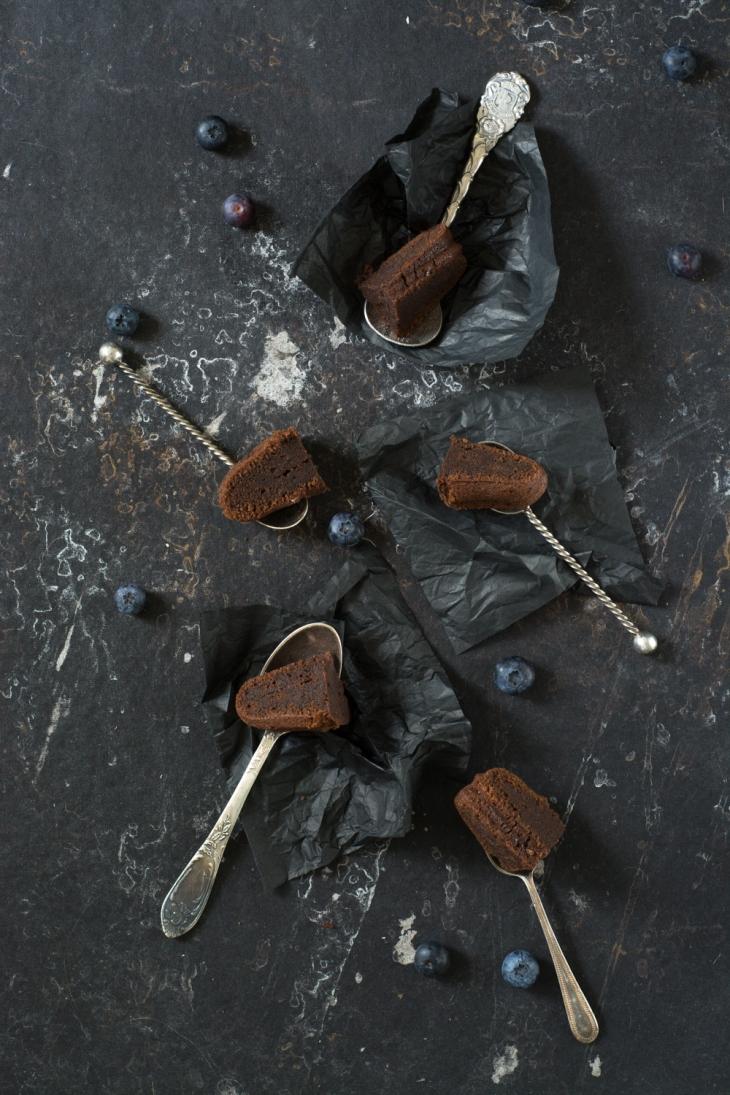 Bundt cake au chocolat, myrtilles et fleur de sel