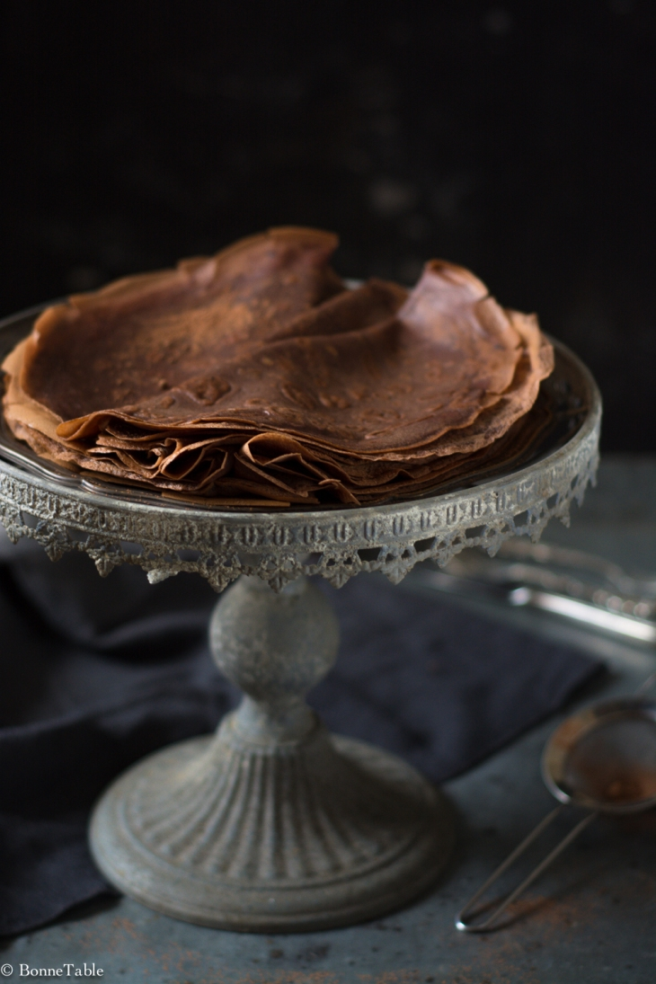Crêpes au cacao, sauce chocolat, cacahuètes au caramel