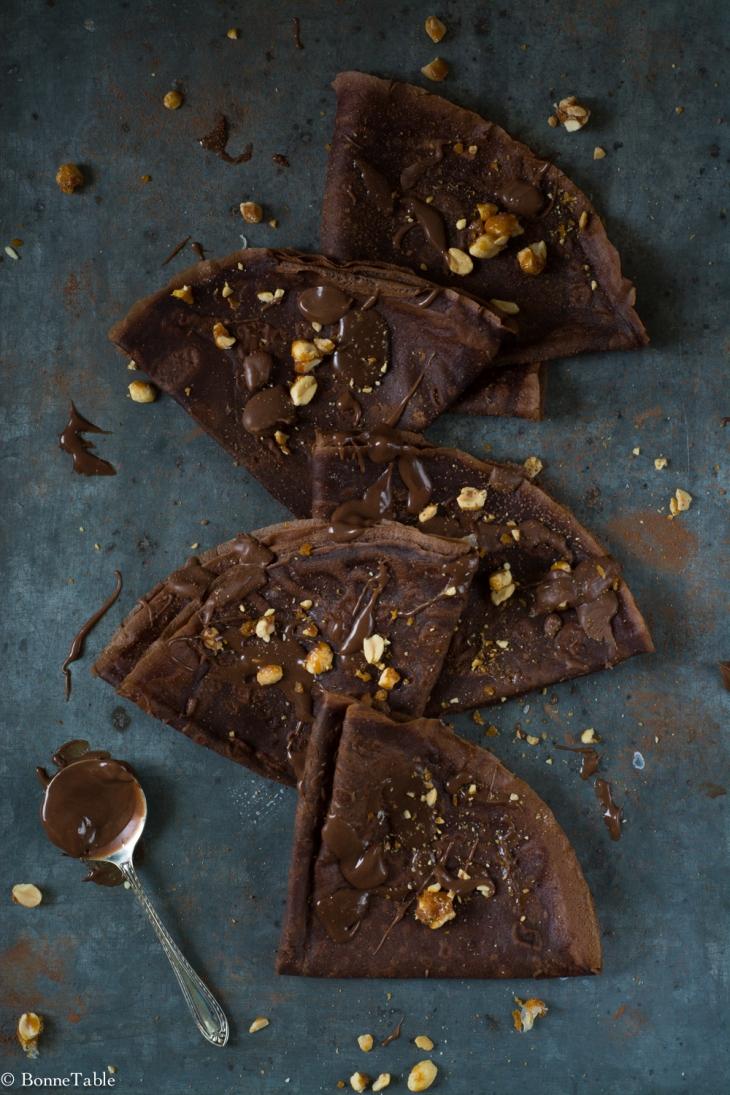Crêpes au cacao, sauce chocolat au lait, cacahuètes au caramel