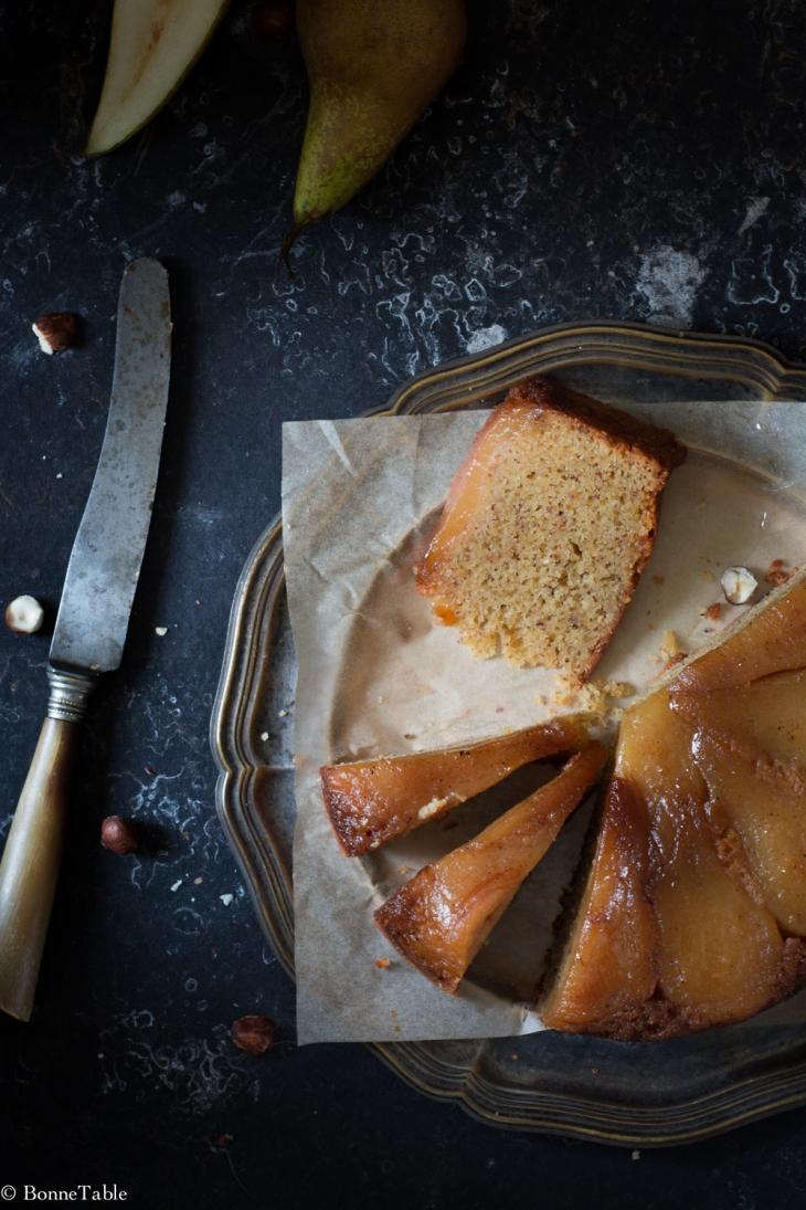 Gâteau renversé aux poires, poivre de sichuan et noisettes