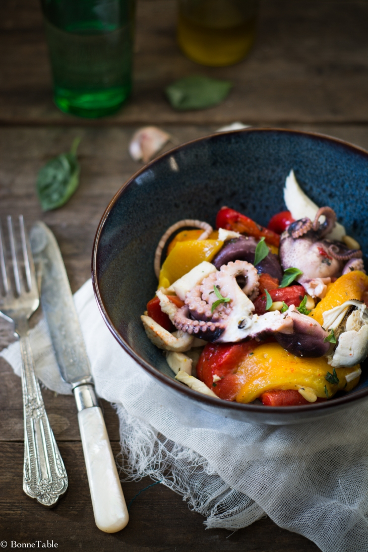 Salade de poulpes, pain et poivrons confits