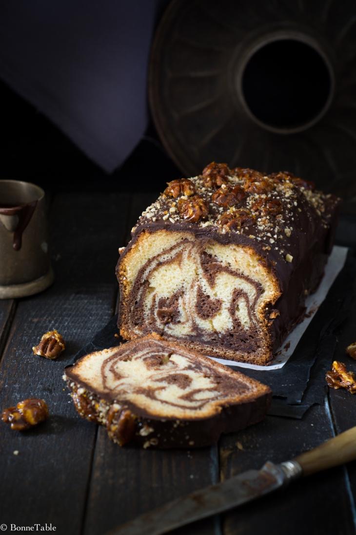 Gâteau marbré au yaourt, glaçage chocolat, pécans caramélisées