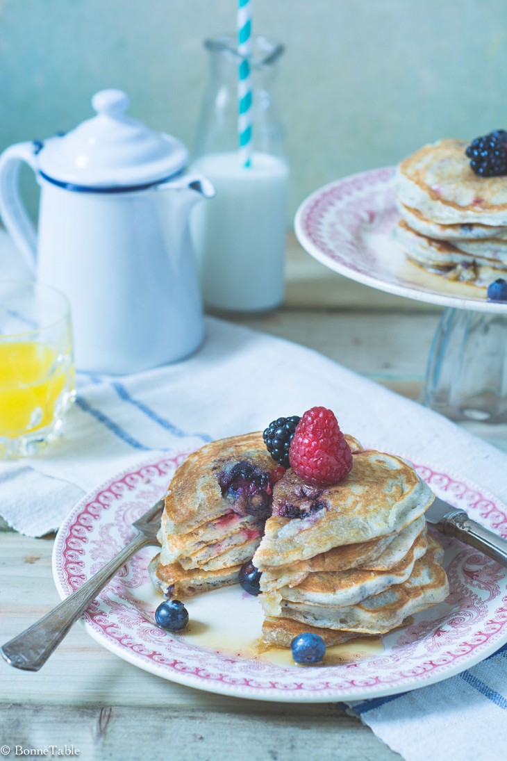 Pancakes au yaourt grec et fruits rouges